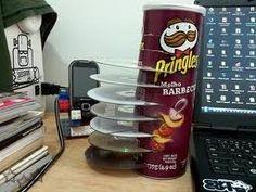 Soporte para CD's casero con envases de Pringles