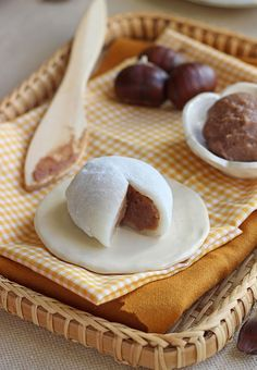 Mochi with chestnut cream - Dessert - Asian Recipes Asian Desserts, Sweet Desserts, Asian Recipes, Sweet Recipes, Dessert Recipes, Mochi Recipe, Japanese Sweets, Food Inspiration, Nutella