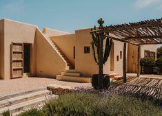 Residenze idilliache a Formentera in Spagna Mediterranean Architecture, Mediterranean Design, Timber Pergola, Adobe House, Flat Roof, Next At Home, Ibiza, Outdoor Structures, House Design