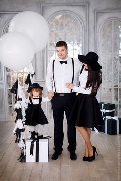 Stylish family dress for any occasion Family Picture Poses, Family Picture Outfits, Photo Couple, Couple Outfits, Matching Family Outfits, Family Posing, Family Christmas Pictures, Holiday Pictures, Dad Baby