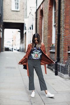 The statement trouser this one are from Mango, but you can find almost identical culottes pants at pull and bear. Just add a rock tshirt, white sneakers and you got a perfect street style outfit