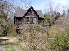 Old Abandoned Houses, Abandoned Mansions, Abandoned Buildings, Abandoned Places, Old Houses, Farm Houses, Creepy Houses, House With Porch, Left Alone
