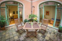 Vom Patio dieser FEWO haben die Gäste direkten Zugang zu Schlaf- und Wohnzimmer. Ein herrlicher Ort für Entspannung und Pausen zwischen den Dresden Erkundungen.