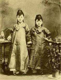 Korea, 1910's  photographer Unidentified   *  BR3 project http://www.br3project.com/  Blog - http://blog.naver.com/br3project  Facebook - https://www.facebook.com/Brand3Project/  Instagram - https://instagram.com/br3project/  기획 Designersparty http://www.designersparty.com/