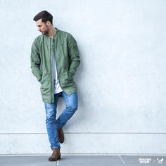 Distorted People Streetstyle : ''Brix'' Long Bomber Jacket in olive green, White Oversize Blades T-shirt, Brown Chelsea Boots ''Sanders'', combined with a denim jeans