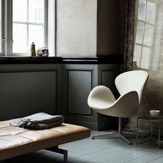 """PK80 daybed by Poul Kjaerholm. Swan chair by Arne Jacobsen | both Fritz Hansen @fritz_hansen Photo via verketinterior.no #fritzhansen #arnejacobsen #pk80…"""