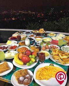 """Sahur Açık Büfe Kahvaltı - Çömlek Kuru Fasulye / İstanbul (Üsküdar - Çamlıca Tepesi)  Çalışma Saatleri 09:00-23:00  0 216 316 29 53  0 216 335 14 34  40/ Kişi Başı Alkolsüz Mekan  Paket Servis var  Açık Alan Var  Otopark Vale Parking Var DAHA FAZLASI İÇİN YOUTUBE """"YEMEK NEREDE YENİR"""" TAKİP ET  Sahur Açık Büfe Kahvaltı 100 çeşit üründen oluşmaktadır. İşletme Ramazan ayında iftar ve sahur saatlerinde servis vermektedir."""
