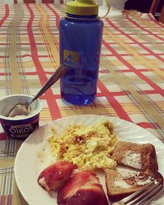 I had the best scrambled eggs ever after my 9 mile longish run. I added some Italian cheese mix which made it extra delicious! #edrecovery #foodforfuel #runner #eatoften #eggs #oikos #toast #nectarine