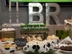 mesa de aperitivos temática de futebol.