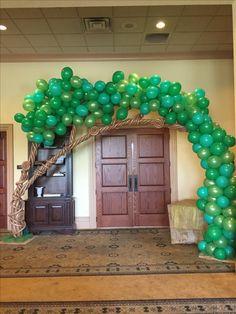 arbol Jungle Theme Birthday, Winnie The Pooh Birthday, Jungle Party, Dinosaur Birthday Party, Balloon Tree, Balloon Garland, Balloon Decorations, Birthday Party Decorations, Enchanted Forest Decorations