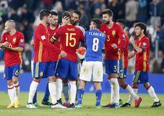Jugadores de la selección de Italia y España se saludan al final del partido.