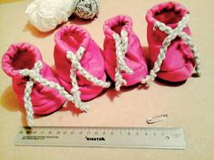 Como hacer zapatos para perros Diy Dog Bed, Dog Boots, Pet Peeves, Animal Fashion, Dog Dresses, Collar And Leash, Diy Stuffed Animals, Pet Clothes, Dog Accessories