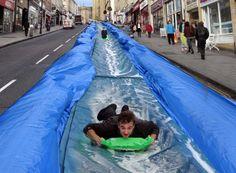 Escorrega gigante invade uma cidade na Inglaterra | Luke Jerram | bim.bon