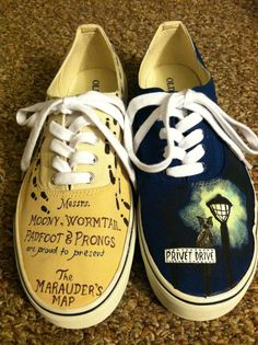 Harry Potter Inspired Men's Shoes from on Etsy. Saved to Birthday. Objet Harry Potter, Harry Potter Shoes, Harry Potter Outfits, Harry Potter Diy, Harry Potter Hogwarts, Harry Potter World, Hand Painted Toms, Painted Shoes, Painted Sneakers