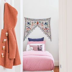 Such a adorable little girls room by @studiostamp  #interiorinspo #girlsroom #interiorinspo #interiors #bedroom #kidsroom
