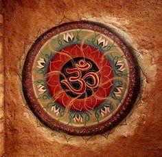 OM ॐ é o símbolo da essência do hinduísmo. A união com o supremo, a combinação da física e espiritual. É a sílaba sagrada, o primeiro som do Todo-Poderoso, o som emergente de todos os outros sons,...