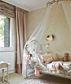 Cama de hierro antigua pintada, dosel francés (Maison du Monde), estor lino y caídas en seda.