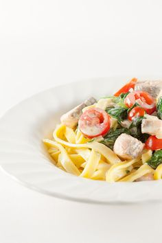 Good weekday recipe for creamy salmon and spinach tagliatelle. Ready in 35 minutes, recipe for 4 people. Recipe For 4 People, Food Fantasy, Homemade Pasta, Mediterranean Recipes, Main Meals, Pasta Dishes, Italian Recipes, Yummy Food, Yummy Recipes
