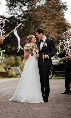Her er en bloggpost med alternativer til konfetti på bryllupsdagen skrevet av en bryllupsfotograf med god erfaring og innsikt i hva som fungerer! Wedding wands - Konfetti - Bryllupsfest Lace Wedding, Wedding Dresses, Streamers, Fashion, Alternative, Bride Gowns, Wedding Gowns, Moda, La Mode