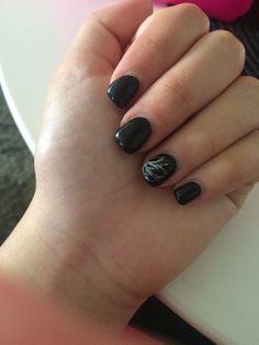 Ongle noir en gel chablon extension ongle beauté motif fleur