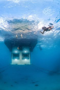 Underwater bedroom in floating hotel in ocean. The Manta Resort on Pemba Island, off Tanzania. The Swedish company behind this design also launched The Utter Room in another underwater room in the middle of a lake in Sweden. Under The Water, Hotel Subaquático, Hotels And Resorts, Best Hotels, Amazing Hotels, Unusual Hotels, Amazing Places, Tanzania, Kenya