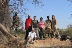 Familia de Juan Vicente conociendo a los bosquimanos en Eyasi