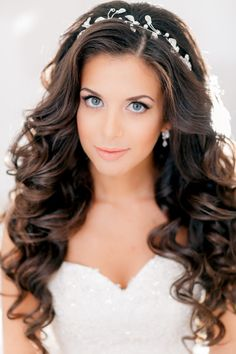 Modern Styled Wedding Curls | Feminine Bridal Hair http://www.pinterest.com/modestbride/
