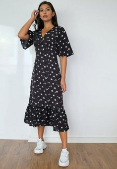 Midi Dress Outfit, V Neck Midi Dress, Black Midi Dress, The Dress, Modest Outfits, Modest Fashion, Casual Outfits, Fashion Outfits, Cute Fall Outfits