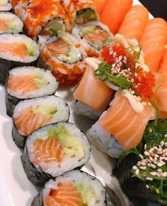 Not a second when your not on my mind🍣 ➡️Quickly double tap if you love good sushi🙌⬅️ 👇Tag a friend 👇 Sushi Co, Sushi Burger, My Sushi, Best Sushi, Sushi Recipes, Asian Recipes, Cooking Recipes, Healthy Recipes, Ethnic Recipes