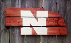 Recycled Pallet Nebraska Cornhuskers by IronBarkDesigns on Etsy Pallet Crafts, Wooden Crafts, Diy Crafts, Wood Projects, Craft Projects, Craft Ideas, Nebraska Cornhuskers, Recycled Pallets, Crafty Craft