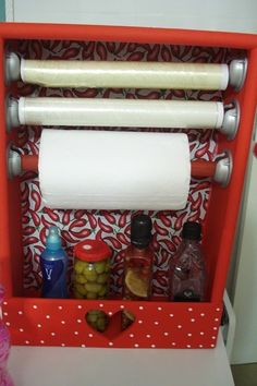 Papel toalha, filme plástico e papel alumínio podem ser agrupados dentro de uma gaveta velha.