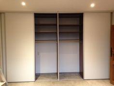 placard avec portes coulissantes en panneaux mlamins et profils alu anodis