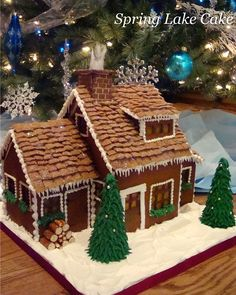 Homemade Gingerbread House, Graham Cracker Gingerbread House, Gingerbread House Patterns, Cool Gingerbread Houses, Gingerbread House Parties, Gingerbread Village, Christmas Gingerbread House, Christmas Sweets, Christmas Baking