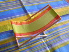 Avec quelques pics à brochettes des serviettes en papier de votre choix Voici un tuto pour confectionner un mini transat. Sympa pour décorer vos tables en fête pour l'été