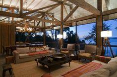 Este proyecto de 2010 por Elton + Léniz Arquitectos Asociados  se encuentra en Lago Ranco, Chile. Su diseño cuenta con un puente acrista...