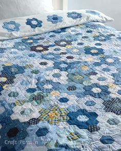 Quick way to sew a Modern Hexagon Flower Quilt Duvet Cover. Save time on creating a beautiful, comfy soft & fluffy warm modern bedding quilt for the family. Hexagon Quilt Pattern, Hexagon Patchwork, Quilt Patterns, Patchwork Ideas, Green Quilt, Quilting For Beginners, English Paper Piecing, Sewing Projects, Sewing Tips