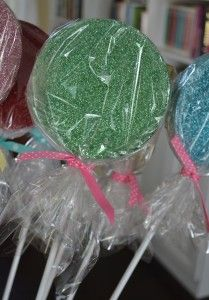 DIY:giant glitter lollipops- I want to try to do pinwheel styled pops for a christmas tree