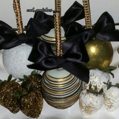 Glam Apples for the sophisticate😉 Chocolate Covered Apples, Chocolate Dipped, Caramel Apples, Gold Dessert, Dessert Buffet, Chocolate Dorado, Party Treats, Party Candy, Gourmet Candy Apples