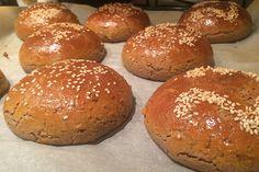 Chcete si připravit domácí hamburger a nevíte si vybrat, jaké pečivo upečete? Tyto hamburgerové housky ze žitné mouky jsou výborné, nadýchané a měkké. Bread Machine Recipes, 20 Min, Pizza, Breakfast, Food, Burgers, Basket, Deserts, Author