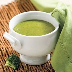 Cette soupe est un précieux mets à placer au menu pour inciter les enfants à manger des légumes. Cette recette convient à la congélation. Toutefois, on évite de congeler un potage contenant déjà un produit laitier. Ainsi, congelez seulement la base de la soupe et au moment de consommer le potage, réchauffez-le et ajoutez la crème. Cooking Chef, Healthy Cooking, Cooking Recipes, Vegan Recipes, Brocoli Soup, Broccoli Soup Recipes, Barbecue Recipes, Butter Chicken, Healthy Soup