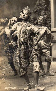 คุณครูเวณิกา บุนนาค (ในการแสดงชุด พระลอ) ศิลปินแห่งชาติ สาขาศิลปะการแสดง (นาฏศิลป์ไทย) พุทธศักราช ๒๕๕๘ ที่มา : ศิลปินแห่งชาติ พุทธศักราช ๒๕๕๘ โดย กรมส่งเสริมวัฒนธรรม กระทรวงวัฒนธรรม Cambodian People, Mask Dance, Dramatic Arts, Thai Dress, Thai Art, Thai Style, Buddhist Art, Vintage Beauty, Vintage Photography