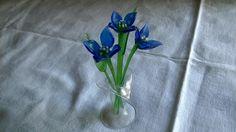 Vintage Deko - Glasblumen Enzian 3 Stück + 2 Blätter in Glasvase - ein Designerstück von Grossmutters_Lieblinge bei DaWanda