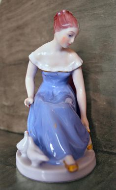 Very old little figural statue of a real Cinderella. This collectable piece is the perfect gift for a royal dux collector! Condition: Perfect, without any damage. dimensions: 10,5x7,0x14,0 cm Do not hesitate to contact us before buying, we will gladly provide you more detailed Real Cinderella, Antique Shops, Anna, Statue, Disney Princess, Antiques, Trending Outfits, Unique Jewelry, Handmade Gifts