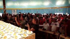 Al Meni torna a Rimini: il tendone da circo ospita 24 chef di fama internazionale mentre all'esterno artisti, artigiani e produttori di cibo offrono le loro specialità alle migliaia di turisti in arrivo… #rimini #almeni #circo #chef