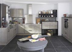 Cuisine FJORD - Gris patine blanc. Avec ses portes en chêne, le modèle Fjord apporte à votre déco de cuisine une fraîcheur au charme naturel.  En coloris brut, blanchi, incolore, noir et gris patiné blanc, créez une cuisine au style nordique respirant la sérénité !