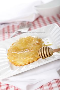 SEADAS. Le seadas sono uno dei dolci più celebri della Sardegna, ma sono note in tutto il paese. Gli ingredienti principali, tipici della cucina di questa regione, sono il pecorino e il miele di corbezzolo. #seadas #pecorino #miele