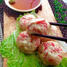 レンジで簡単◎ふわふわカニカマ豆腐 | 熱々ふわふわなひと口豆腐です◎ 混ぜてレンチンするだけだから簡単‼︎‼︎ お肉なしでとってもヘルシー(๑´ㅂ`๑)♡ レンチンして食べても良し〜♫ 焼いても、揚げても、スープや鍋に入れても お好みの食べ方でどうぞ♡ ●材料⬇︎ 豆腐 1