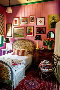 COTE DE TEXAS Australia Spiro loves to use bright pink in her designs, as seen here in her own guest bedroom in her own fabulous house. Australian Interior Design, Eclectic Decor, Eclectic Style, Eclectic Bedrooms, Bohemian Bedrooms, Bohemian Living, Bohemian Decor, New Room, Home Interior