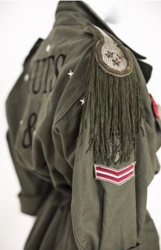 Guts & Love : military jacket : epaulettes - Style and Outfit Ideas II - Fashion Details, Diy Fashion, Love Fashion, Fashion Outfits, Womens Fashion, Military Chic, Military Looks, Military Inspired Fashion, Military Fashion