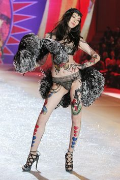 Liu Wen http://www.vogue.fr/mode/news-mode/diaporama/le-defile-victoria-s-secret-2012/10456/image/642146#liu-wen